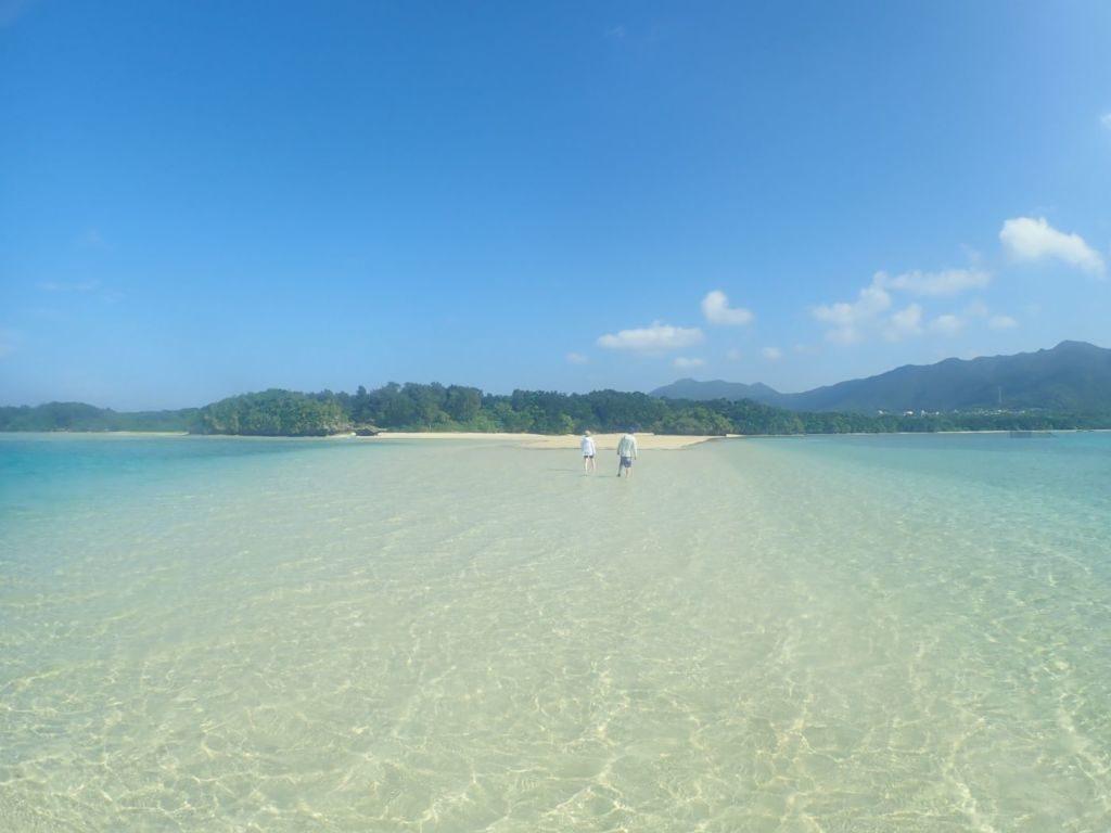 川平湾の無人島ビーチを歩く観光客