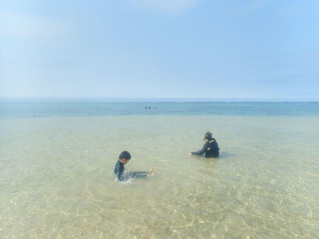 石垣島の海でシュノーケルを楽しむファミリー