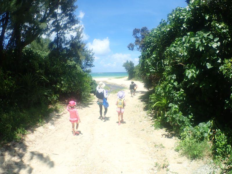 ピゲカゲ浜を歩くファミリー