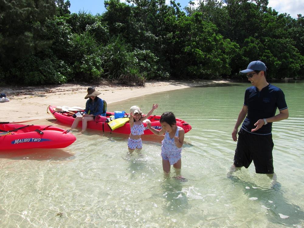 川平湾で水遊びをするファミリー