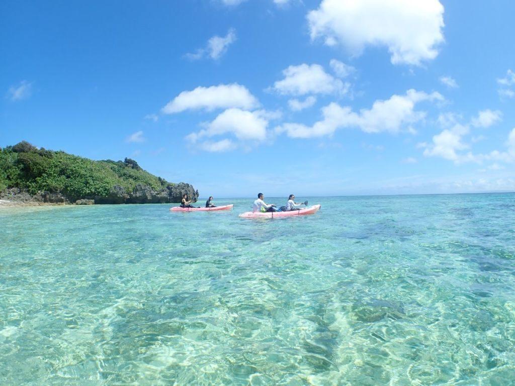 川平湾でカヤックを楽しむツアー客