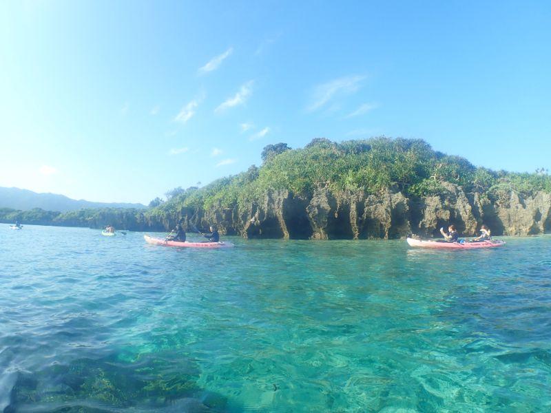 川平湾でカヤックを楽しむ観光客