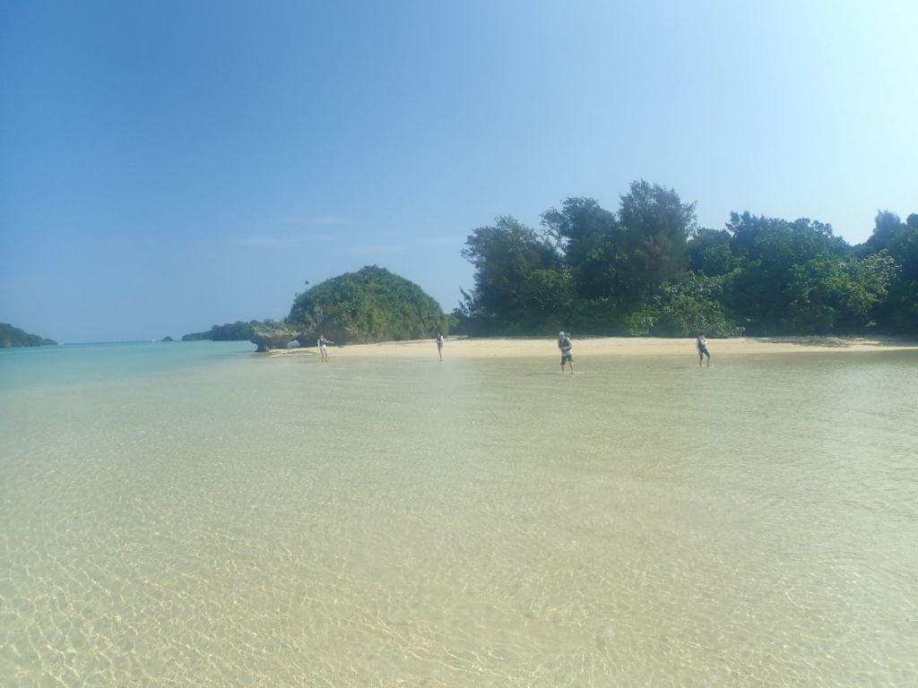 川平湾の無人島で楽しむ観光客