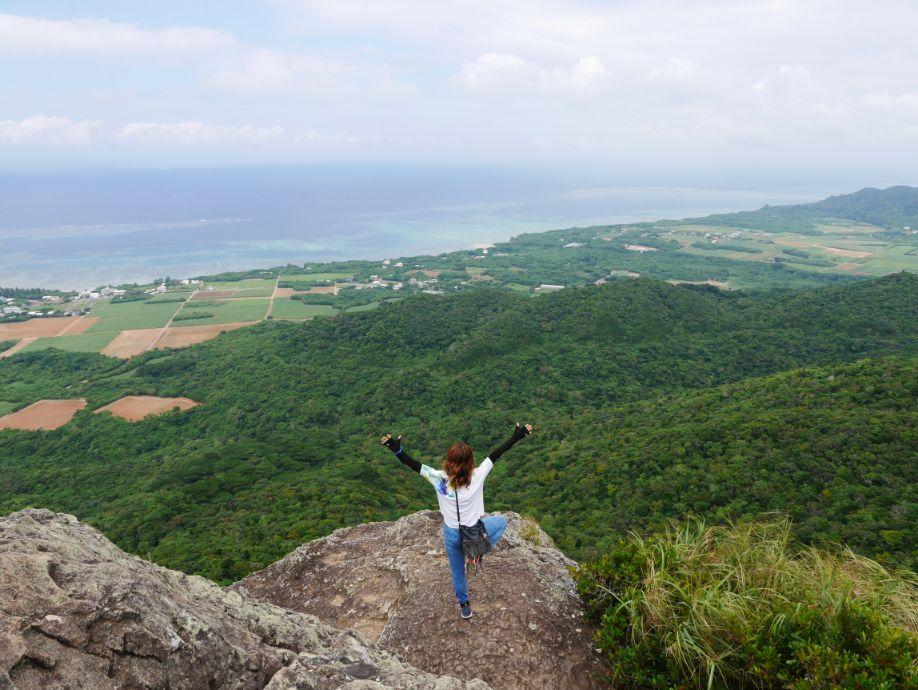 野底マーペーの頂上でポーズをとる女性