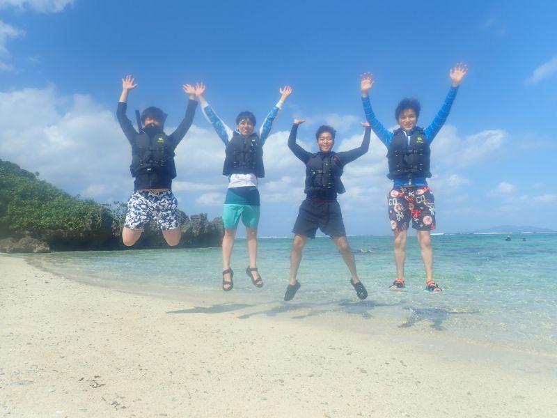 ビーチでジャンプする男性グループ