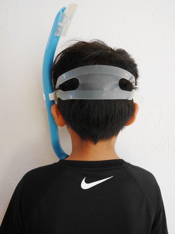 マスクを付けて後ろを向く男の子
