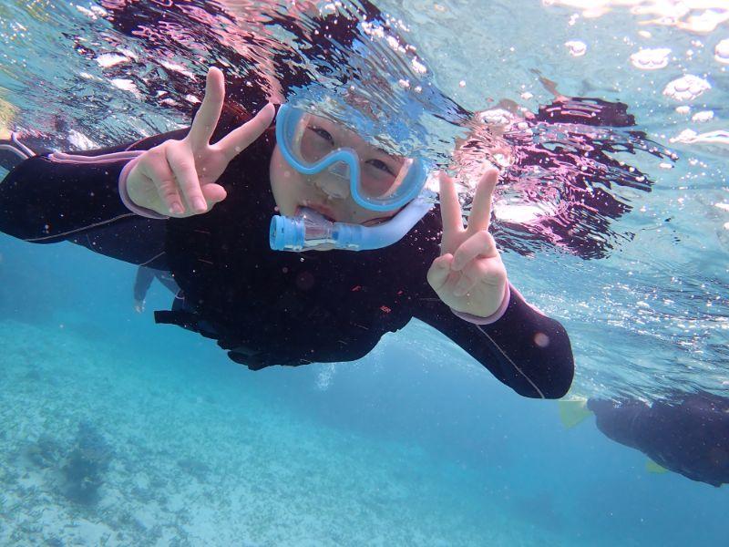 海でシュノーケルを楽しむ女の子